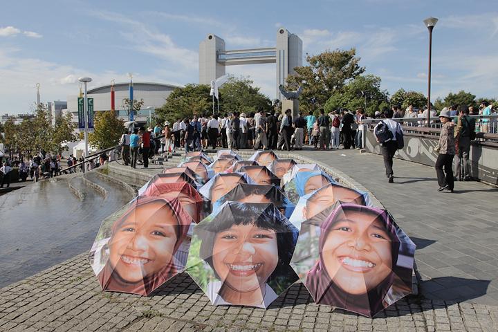 世界の子どもたちの笑顔がプリントされた傘も人目を集めていた