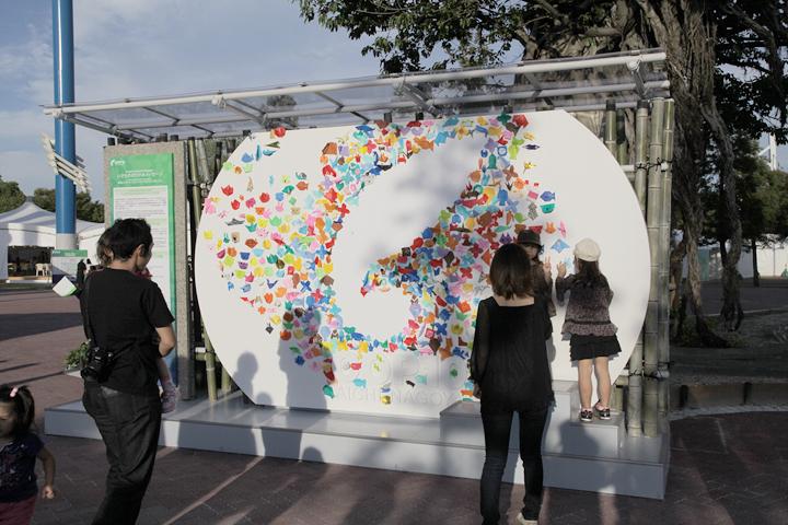COP10のロゴマークを取り囲むようにメッセージが書き込まれた折り紙が貼られていく