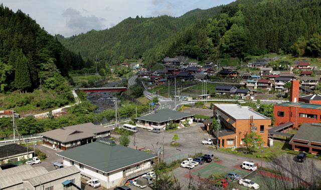 豊根村役場 役場の西約2km先を別所街道が通っている