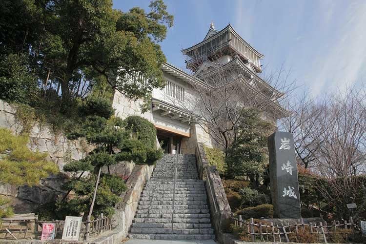 展望塔として再築された5重構造の天守閣