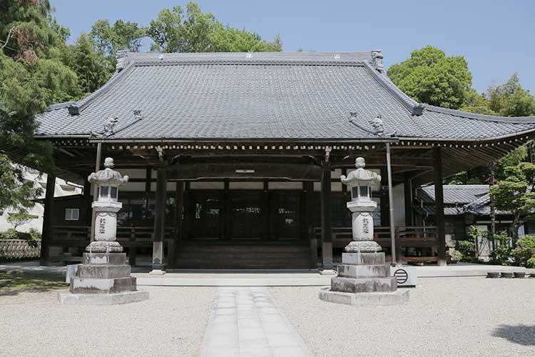和徳寺本堂(背後の丘は伊保西城跡)