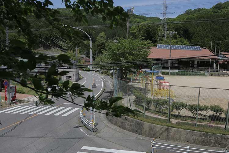 荻野小学校前-ここで曲がり竜岡へ