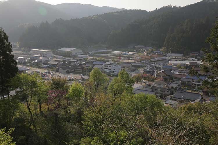 本丸跡から見た稲武の町