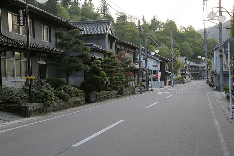 旧飯田街道(前方左に豊田市役所稲武支所がある)