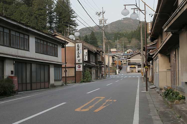 秋葉常夜灯前の旧飯田街道