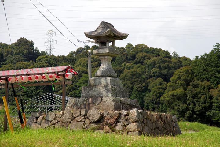 常夜灯 明神社参道右に建つ「柴垣社広前」と刻まれている。文化10年(1813)のもの