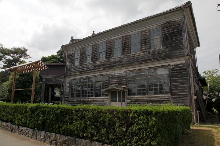 大正5年(1916)に当時の明村役場として建設された