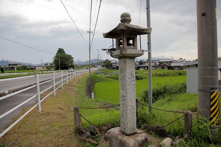 道標を兼ねた常夜燈「御神燈 右さんぐう道  左り京道 安永五 丙申年 (1776)」と刻まれている