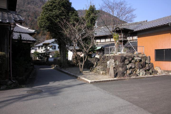 道標と常夜灯(養老町桜井)