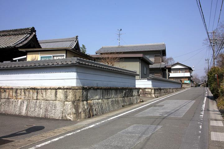 観音寺前の伊勢街道(養老町小倉)
