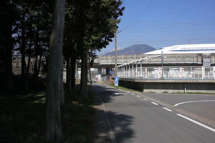 新幹線高架下をくぐる