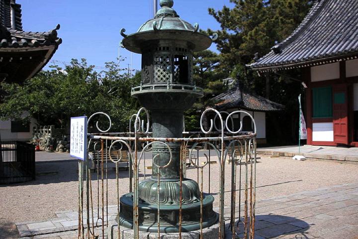 境内の銅灯篭