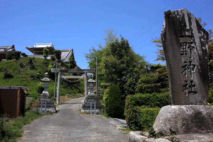 上野神社参道と左山頂にある最勝寺