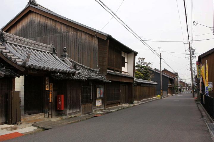 八幡町を行く街道