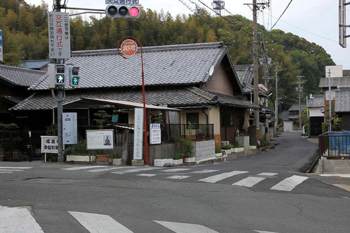 成就寺の横を通る伊勢街道(左手に行くと清水不動院)