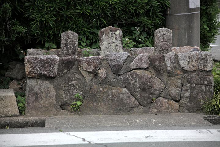 山ノ神三基 勝見の交差点に建っている