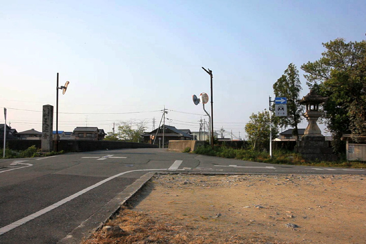 橋の両側に建つ道標と常夜灯