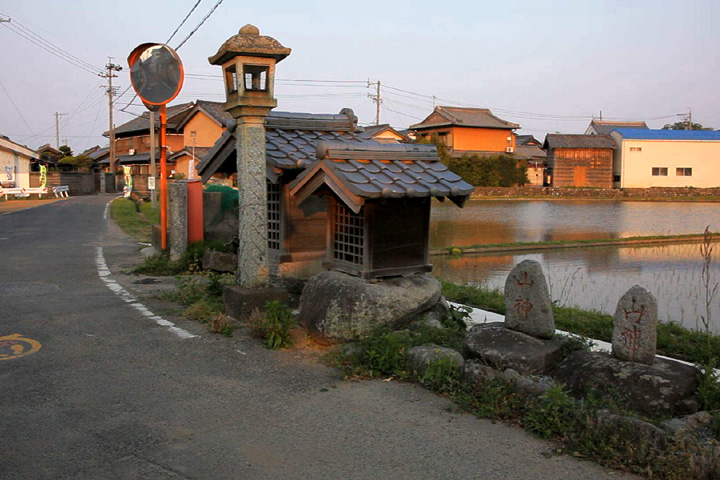 常夜燈と庚申塚と山の神二基(久米)