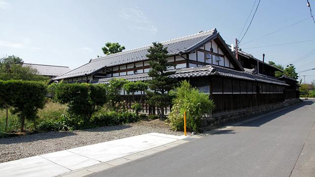 旧加藤家住宅は、この地域の江戸時代から明治時代にかけての地主層の 典型をなす建物を残している。 明治初期に建てられた、主屋、長屋門、土蔵、中門、北高塀、大正から 昭和にかけて建てられた離れ・茶室が国の登録有形文化財に登録されている。。