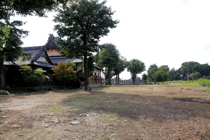 生駒家の墓地 右手龍神社