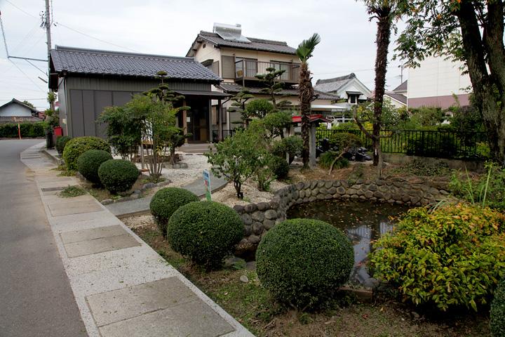 龍神社前 雨壷池と社務所