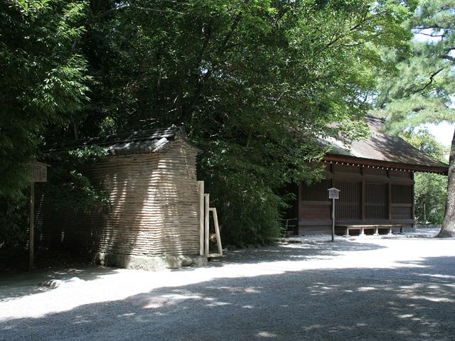 信長塀(左)と西楽所(右奥)
