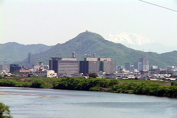 長良川越しに岐阜城を見る
