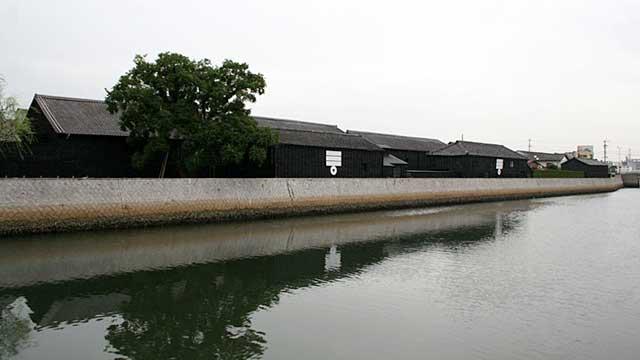 半田運河沿いに並ぶ蔵