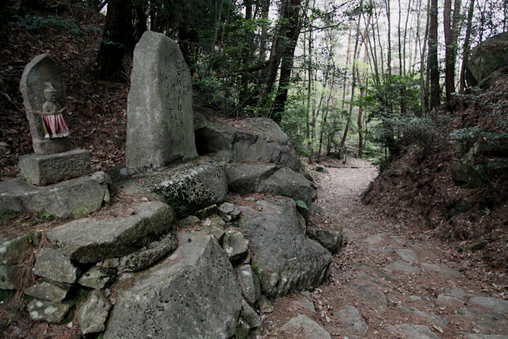 琵琶峠頂上の馬頭観音