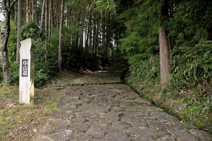 落合の石畳西入口