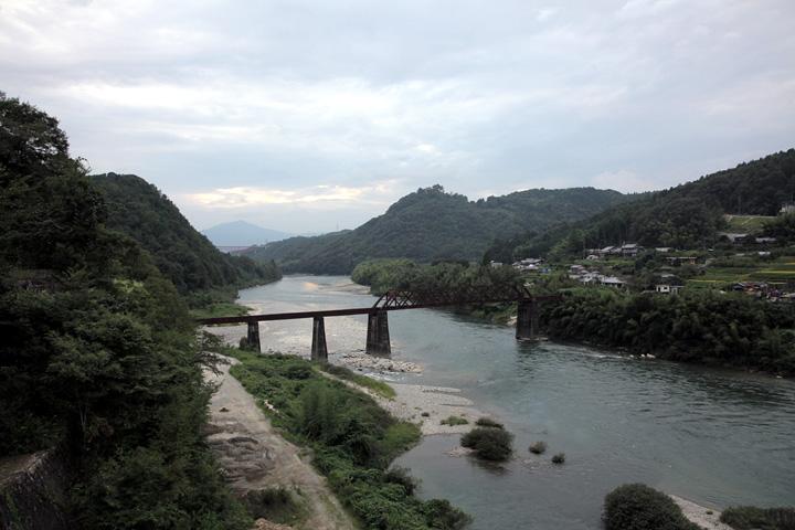 木曽川から見た苗木城(右山頂)