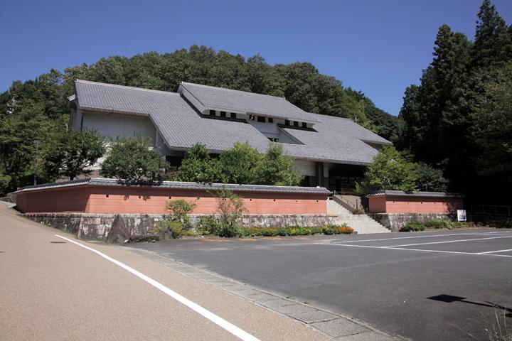 遠山史料館-苗木遠山家の資料を中心に,苗木領と苗木城に関わる貴重な資料を展示し、 関連する資料の調査・研究も行っている