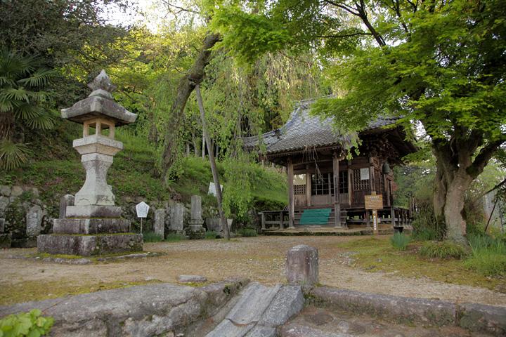観音堂-境内には数々の石仏、石碑がある