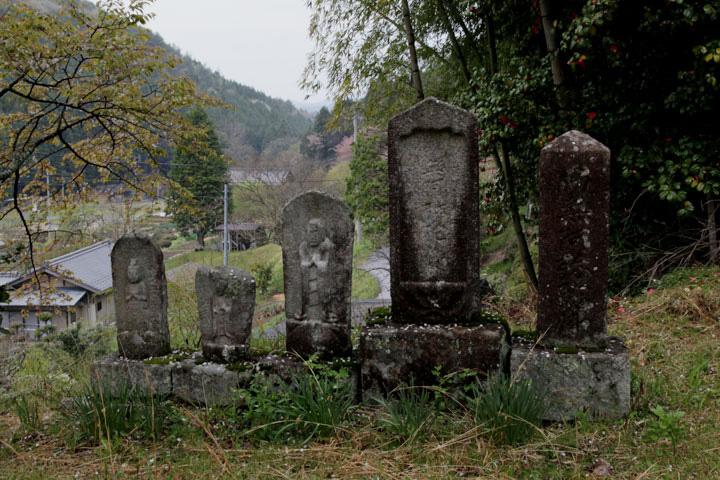 寺坂の石仏群-宿の東の鬼門よけとして建てられた