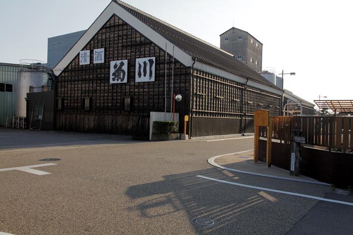 鵜沼宿本陣跡(右)と菊川酒造