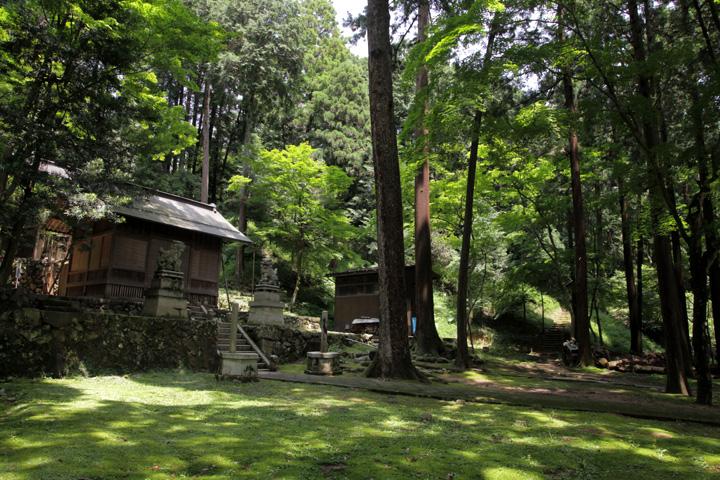 若宮八幡神社境内と大谷吉継の陣跡(右手丘)