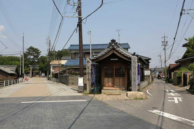 春日神社参道へ(左手)、大浜街道(右手)