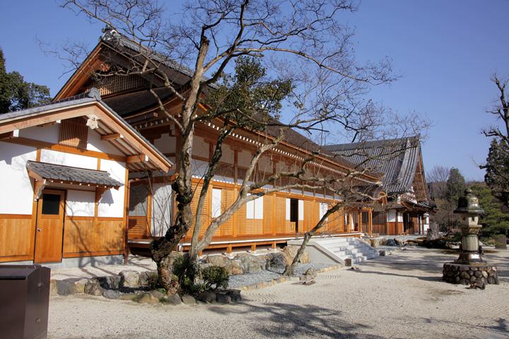 再建された本堂と庫裏