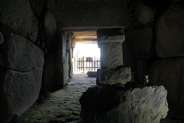 石室内部から入口を見る