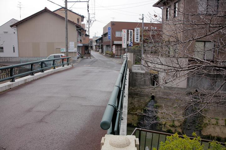逆川に架かる竹鼻橋を渡る
