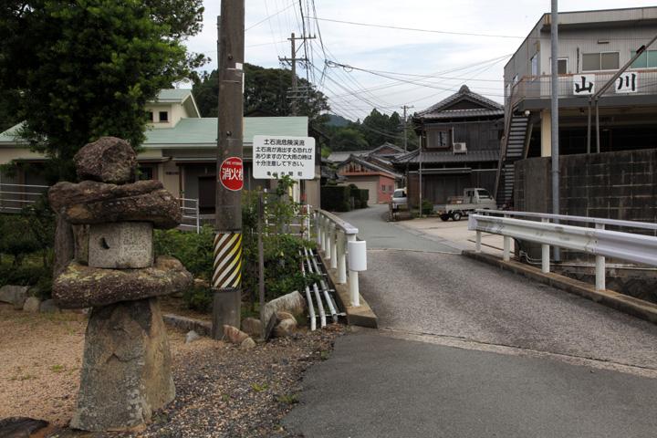 西願寺前の東海道