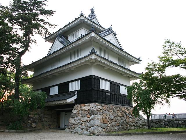 1954年(昭和29年)に模擬再建された隅櫓