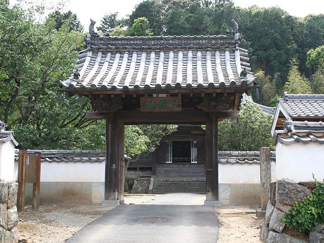 三河の国司大江定基との別れを悲しんで 自害した赤坂の長者の娘力 寿姫の菩提を 弔うために建てられた長福寺。