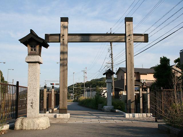 本宿旧東海道入口に建てられている冠木門(かぶきもん)