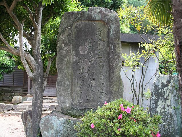 十王堂芭蕉碑- 「爰(ここ)も三河むらさき麦のかきつばた」 と句碑に刻まれている。
