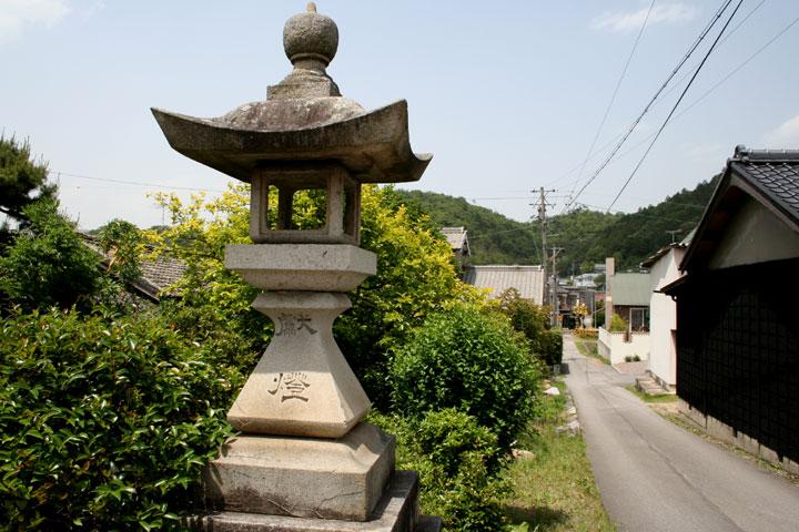 美濃路に面した関山神社参道