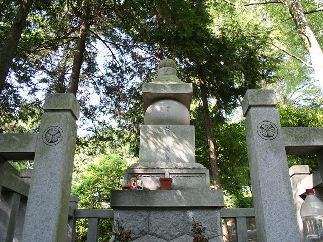 八柱神社-今川義元の姪で徳川家康の正室築山殿は、 信長に謀反の嫌疑をかけられ殺害され八柱神社に首塚がある