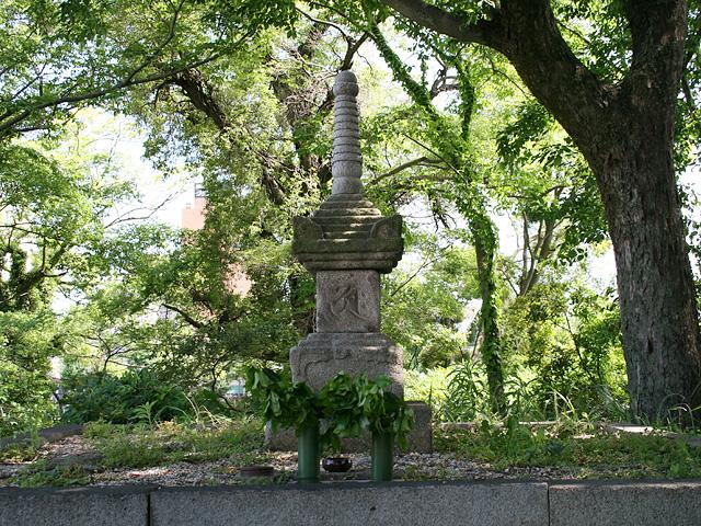浄瑠璃姫の慰霊塔
