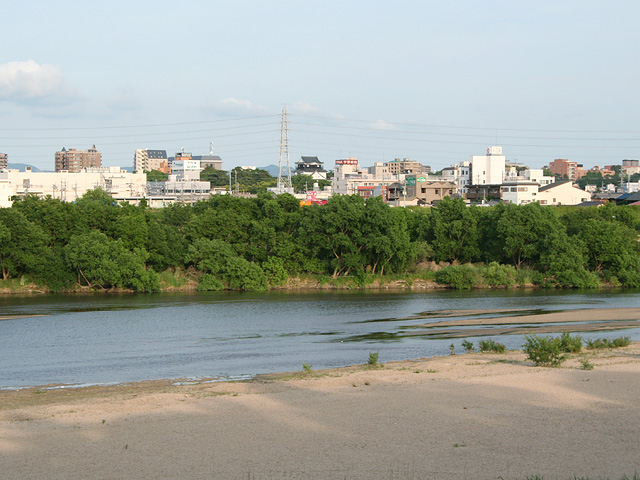 矢作川越しに岡崎の町を望む