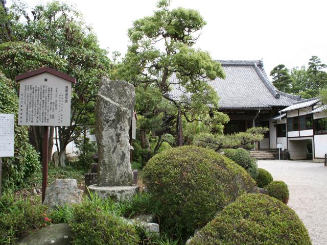 無量寿寺本堂と芭蕉句碑